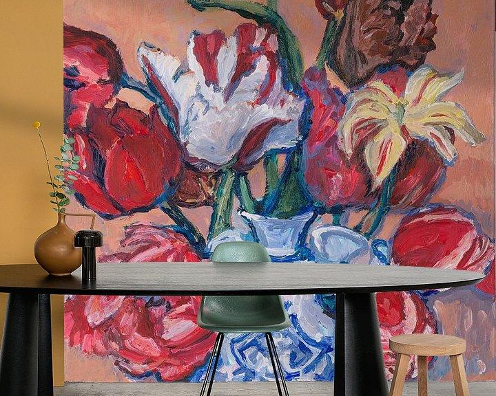 Sfeerimpressie behang: Delfts blauwe tulpenvaas met tulpen nr. 1 van Tanja Koelemij