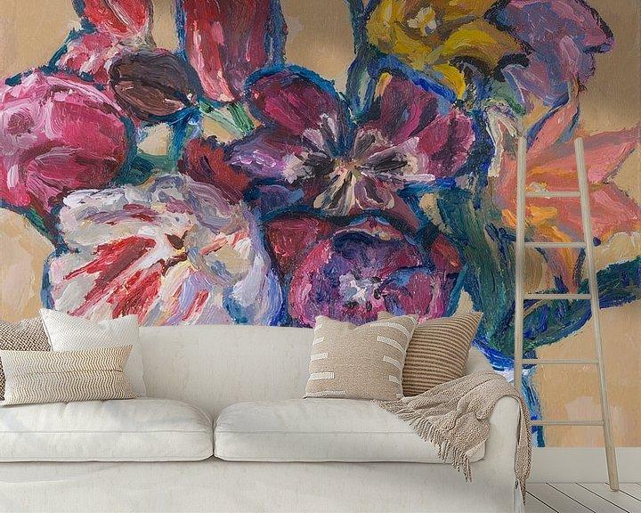 Sfeerimpressie behang: Delfst blauwe tulpenvaas met tulpen nr. 4 van Tanja Koelemij