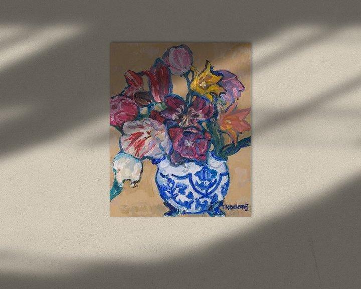 Sfeerimpressie: Delfst blauwe tulpenvaas met tulpen nr. 4 van Tanja Koelemij