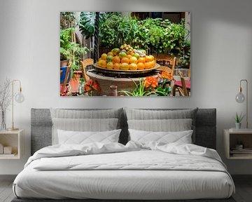 bol avec fruits sur une terrasse en espagne