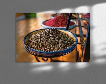schaal met kruiden als pepers in een winkel in spanje van ChrisWillemsen