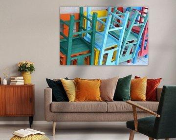 Pile de chaises de patio aux couleurs vives sur Trinet Uzun