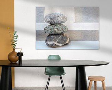 Pile zen de pierres et de rochers sur un fond ancien sur Trinet Uzun
