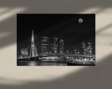 Erasmus-Brücke in Rotterdam bei Nacht. von Ron Westbroek
