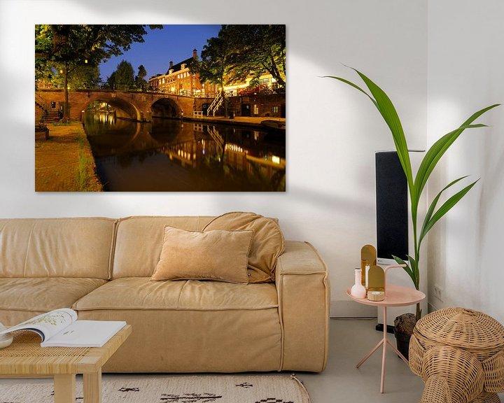 Sfeerimpressie: De Oudegracht met de Smeebrug in Utrecht van Donker Utrecht