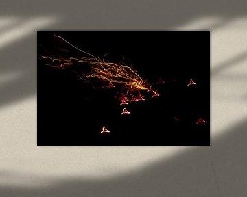 Vonkend vuurwerk klinkt effectief in het nieuwe jaar op oudejaarsavond... van Christian Feldhaar