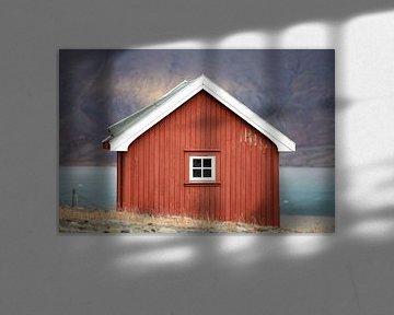 Rood huisje in Longyearbyen, Spitsbergen. van Michèle Huge