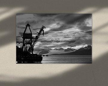 Kranplattform in Barentszburg, Spitzbergen. von Michèle Huge
