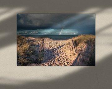 Strand von Heiligenhafen an der Ostsee mit Regenbogen von Jean Claude Castor