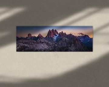 Dolomiet panorama met alpenglow op het blauwe uur van Jean Claude Castor