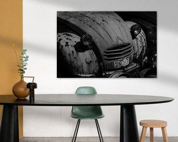 Citroën 2CV in schwarz-weiß von René Groenendijk