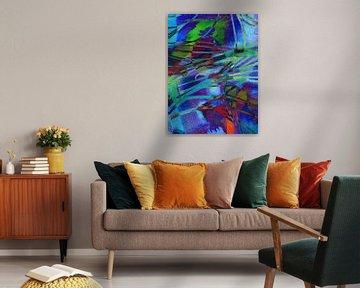 Modernes, abstraktes digitales Kunstwerk in Blau, Rot, Grün, Violett von Art By Dominic