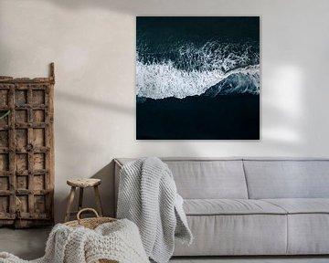 Meeresbrandung am Vulkanstrand, abstrakte Fotografie von Roger VDB