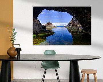 Natuurlijk zwembad met een boog aan de kust van het eiland Madeira van Sjoerd van der Wal