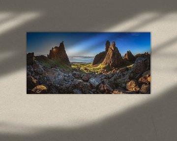 Oude man van Storr op het Skye Panorama bij zonsopgang van Jean Claude Castor