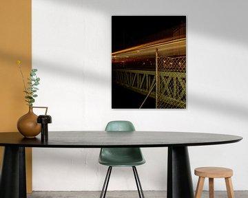 Trein die over een brug rijdt. van Jeroen Beemsterboer