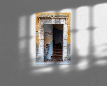 Türöffnung eines rustikalen alten Hauses in Südfrankreich von Wil Wijnen