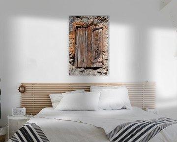 Rustiek verweerd houten luik voor een raam in een schuur van Wil Wijnen