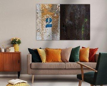 Rustikale braune Holztür mit blauer Hausnummer 2 von Wil Wijnen