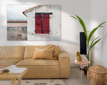Rote Fensterläden in einem rustikalen mediterranen Haus von Wil Wijnen