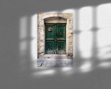 Stattliche alte grüne, rustikale Holztür von Wil Wijnen