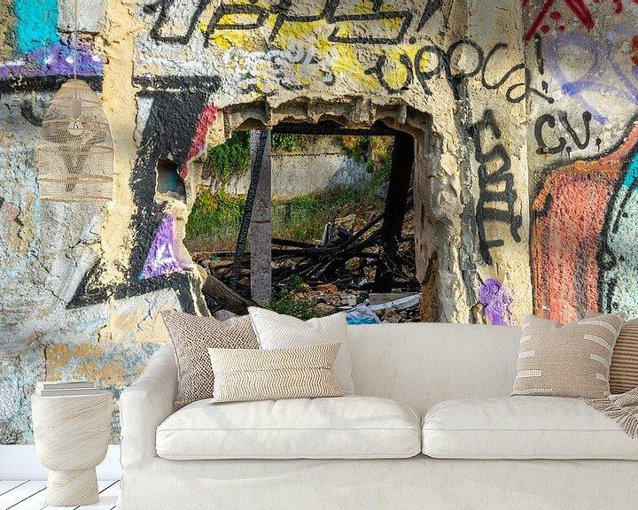 Sfeerimpressie behang: Graffiti op een vervallen muur met raam van Wil Wijnen