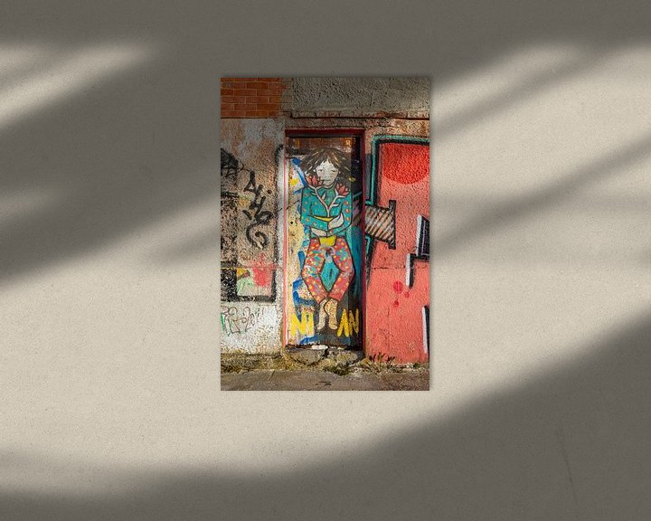 Sfeerimpressie: Smalle deur in fabriekspand met graffiti van Wil Wijnen