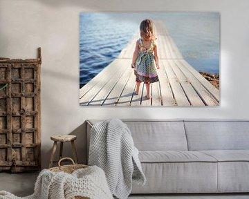 SA11976206 Klein meisje lopend op houten steiger van BeeldigBeeld Food & Lifestyle