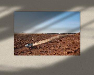 SA12501547 Pick-up truck rijdend in de woestijn van BeeldigBeeld Food & Lifestyle