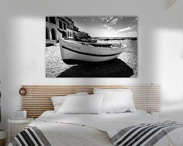 Traditionelles Fischerboot am Strand, Spanien (Schwarz-Weiß) von Rob Blok