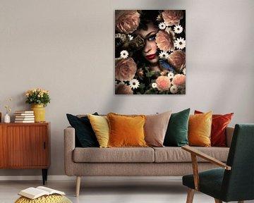 Een vrouw kijkt tussen de bloemen door naar de natuur van Bert Hooijer