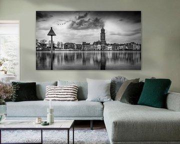 Zwart wit beeld van Deventer en de IJssel tijdens hoogwater met reflectie in het water. van Bart Ros
