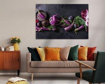 SF12406038 Stilleven van paarse groenten en fruit op donkere achtergrond van BeeldigBeeld Food & Lifestyle