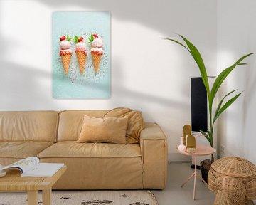 SF12355823 Drie aardbeienijsjes in hoorntjes met strooisel van BeeldigBeeld Food & Lifestyle