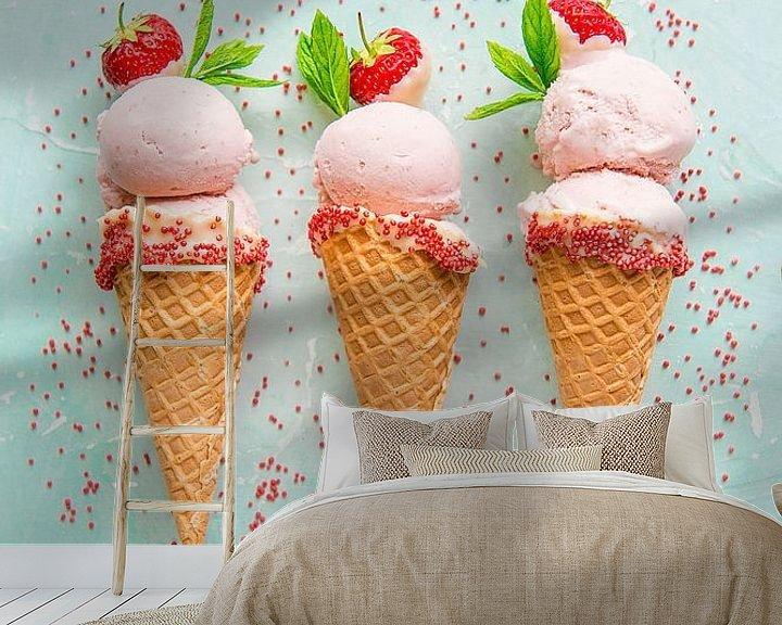 Sfeerimpressie behang: SF12355823 Drie aardbeienijsjes in hoorntjes met strooisel van BeeldigBeeld Food & Lifestyle