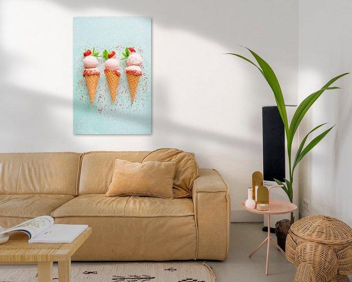 Sfeerimpressie: SF12355823 Drie aardbeienijsjes in hoorntjes met strooisel van BeeldigBeeld Food & Lifestyle