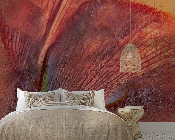 Sfeerimpressie behang: Geabstraheerde Amaryllis van Leo Luijten