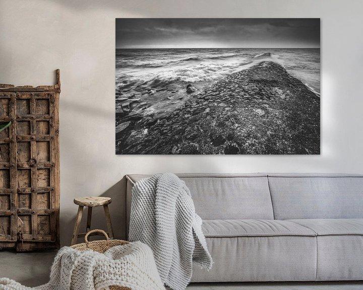 Sfeerimpressie: Zeewering in Zwart wit tijdens herfststorm met golven van Fotografiecor .nl