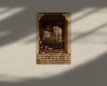 Eine Gasse in Varanasi von Maarten Borsje