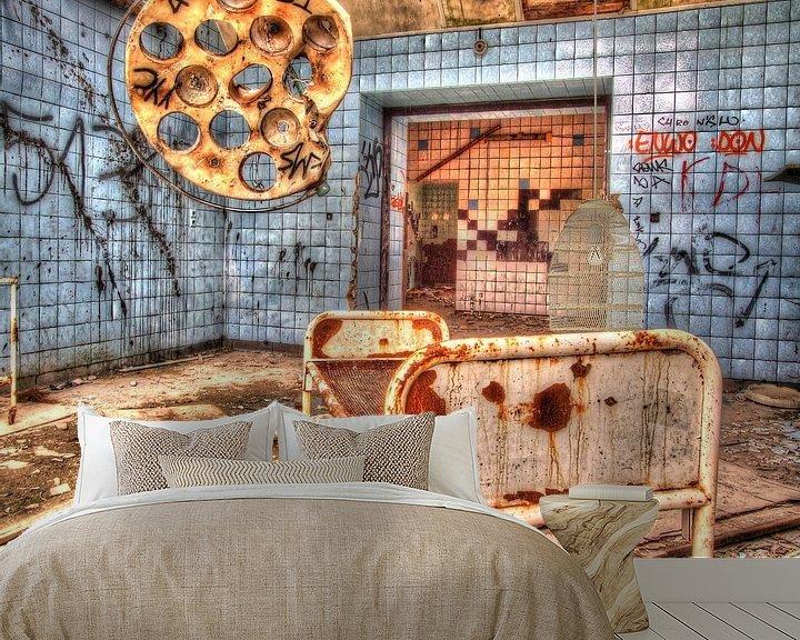 Sfeerimpressie behang: Beelitz Roestig bed met operatie lamp in blauwe kamer van Tineke Visscher