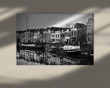 De Brede haven van Den Bosch ( zwart wit ) vanaf boombrug