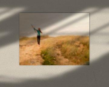Liberté;Fille rousse avec cerf-volant dans les dunes sur Elke van Hessem