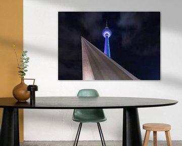 Berliner Fernsehturm in blau von Frank Herrmann