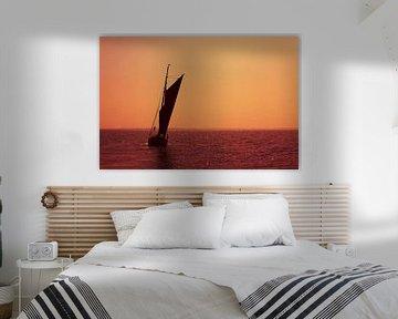 Segelboot auf dem Meer im Sonnenuntergang