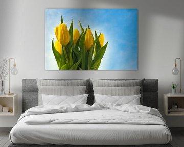 Frisse gele tulpen in de buitenlucht van JM de Jong-Jansen