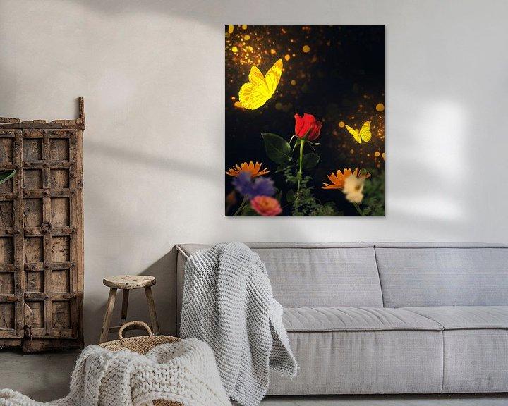 Beispiel: Goldene Schmetterlinge besuchen eine rote Rose von Bert Hooijer