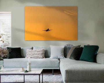 Flugzeug startet in den Sonnenuntergang