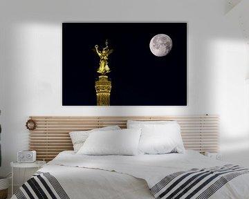Colonne de la victoire avec la lune