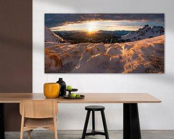 Coucher de soleil dans les montagnes hivernales sur Coen Weesjes