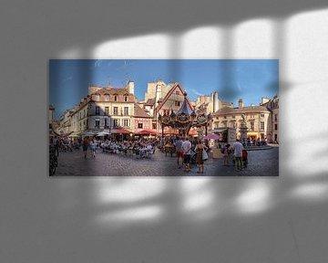 Draaimolen en terrassen op de Place François Rude, Dijon, Bourgogne - Burgundy, Frankrijk van Rene van der Meer
